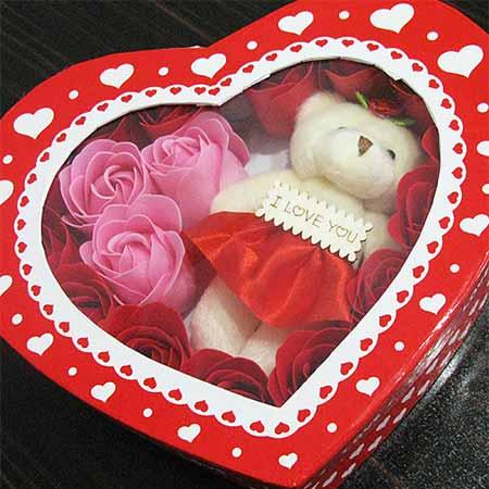 جعبه خرس و گل رز برای روز ولنتاین